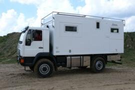 Truck für Expedition von Fahrerseite